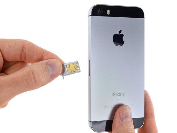 iPhoneからSIMカードトレイアセンブリを取り出します。