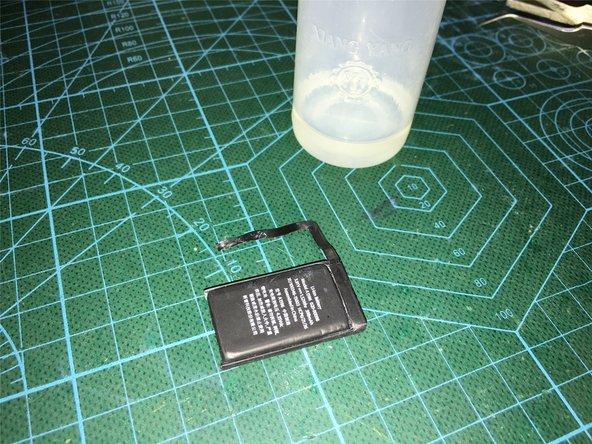 把电池取出后,拆开保护板的位置,对内部腐蚀的地方用洗板水清理,重新用DC可调电源充电激活