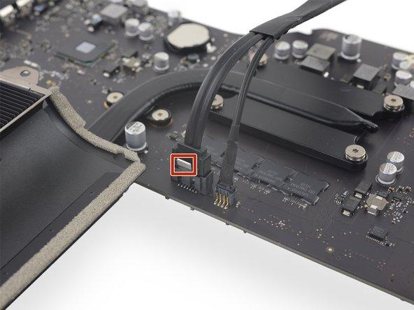 Der SATA Datenstecker besitzt eine Klammer, welche heruntergedrückt werden muss, damit er entfernt werden kann.