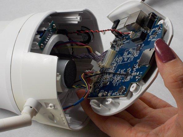 À l'aide d'une pince à épiler de sécurité, déconnectez le connecteur à 2 fils avec les fils rouge et noir situés à proximité des ports Ethernet et SD.