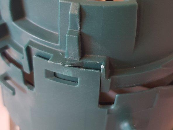Mithilfe eines Hebelwerkzeugs können nun die Klipse der Motorhalterung gelöst werden