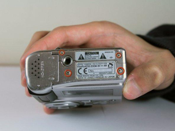 Utilisez le tournevis cruciforme # 00 pour retirer les 7 vis sur les côtés de la caméra: