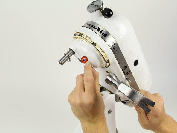 Treibe mit einem 4 mm Durchschlag und einem Hammer den Splint von der Getriebeabdeckung.