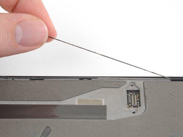 Löse alle Überreste des Displayklebers vom Gehäuse deines Smartphones ab.