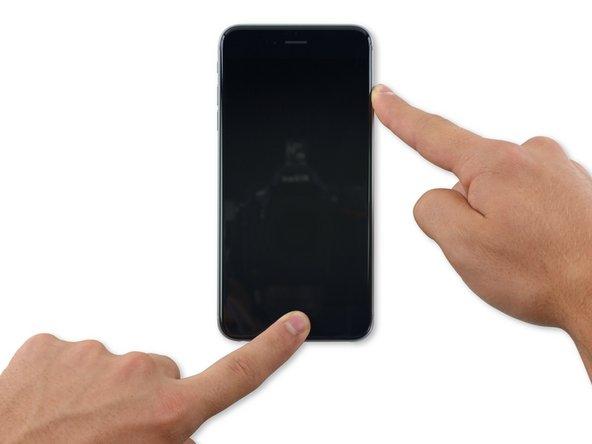 両方のボタンを続けて約10秒間押し続けてください。するとAppleのロゴが現れます。