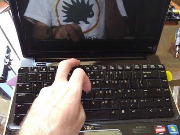 sacar parcialmente el teclado de su sitio, primero la parte superior, luego levantar la inferior