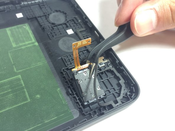 Now you should be able to lift the speaker out of it's small fitting with the tweezers.