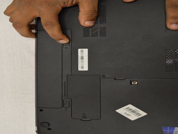 Below the battery are two small tabs. These function as a lock for the battery.