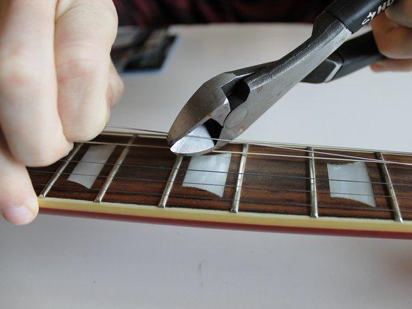 弦を他の弦から離して、ニッパーでカットします。