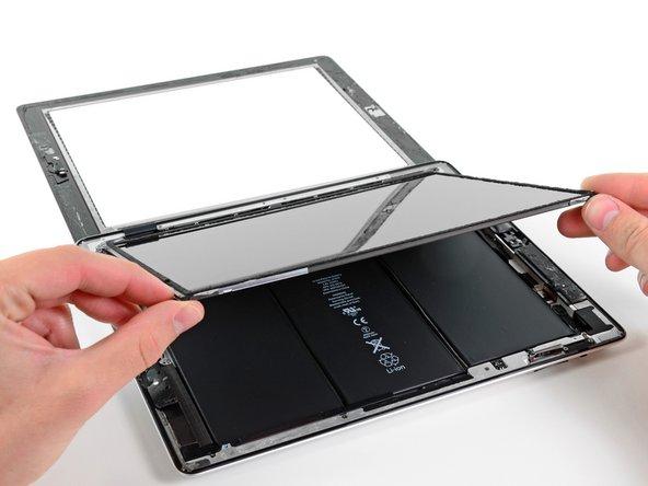 音量ボタンに一番近い端からLCDを持ち上げて、リアケースを反対側に開きます。