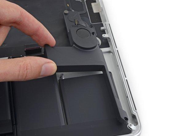 """Reemplazo del altavoz izquierdo de MacBook Pro 15"""" con Pantalla De Retina de Mediados de 2015."""